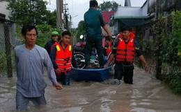 Công an Bình Dương huy động lực lượng giúp dân di chuyển ra khỏi vùng ngập nước