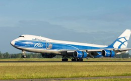 Máy bay chảy dầu lênh láng ở sân bay Nội Bài