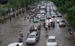 """Vừa bơm nước, vừa nâng đường giải cứu """"rốn ngập"""" Nguyễn Hữu Cảnh"""