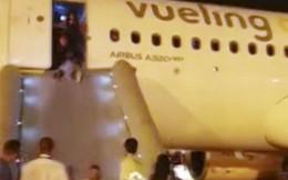 Máy bay bốc cháy khiến hành khách hoảng loạn tột cùng nhưng phản ứng của phi hành đoàn lại gây ức chế