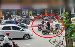 Clip: 2 người phụ nữ khiến cả phố phải hoảng sợ, tìm cách né tránh