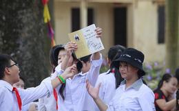 """Học sinh Hùng Sơn """"phát cuồng"""" vì món quà từ Quang Hải và Đoàn Văn Hậu"""