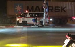 2 đứa trẻ nằm ôm nhau như 2 bao cát vứt bên đường lúc 2 giờ sáng và lời cảnh báo của tài xế