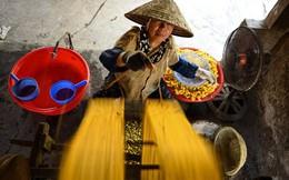 24h qua ảnh: Công nhân dệt tơ từ kén tằm ở làng cổ Việt Nam