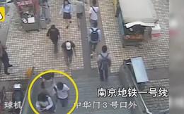 Nửa giờ quay lén dưới váy 7 cô gái, gã biến thái bị cảnh sát bắt tại chỗ