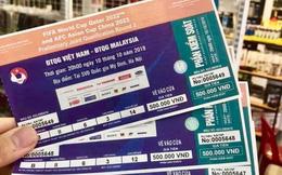Cầm vé trận đấu Việt Nam và Malaysia 'nóng hổi' trên tay, nhiều người lập tức bán lại với giá gấp 5 lần