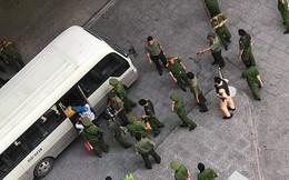 """Hàng chục """"cậu ấm, cô chiêu"""" ở chung cư Gold View bên bến Vân Đồn, Sài Gòn bị đưa về trụ sở cảnh sát, nghi sử dụng ma túy"""