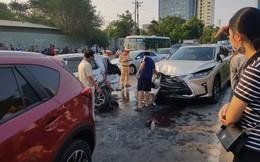 Đoàn xe dừng đèn đỏ bị xe Lexus tông bất ngờ từ phía sau