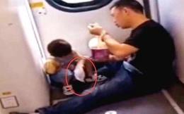 Cậu bé 3 tuổi đòi ăn trên tàu hỏa, hành động sau đó ai cũng gật gù khen là em bé ngoan, được giáo dục tốt