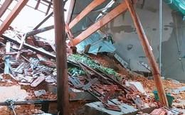 Mưa lớn kéo dài suốt 2 ngày gây sạt lở núi, đè sập một ngôi nhà ở Nghệ An