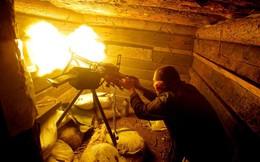 24h qua ảnh: Binh sĩ Ukraine xả súng máy vào quân ly khai
