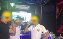 """Đi công tác tiện ghé hát karaoke, nào ngờ anh chồng bị vợ phát hiện cặp kè với mấy em """"đào"""" vì chi tiết khó lường trên bức ảnh"""