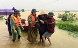Chèo thuyền vượt lũ đưa 3 sản phụ chuyển dạ đến bệnh viện sinh đẻ