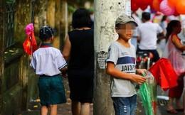 Bức ảnh đứa trẻ rưng rưng nước mắt, bán cờ hoa bên đường ngày khai giảng gây xúc động