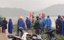 Đi đánh cá trong lũ bị lật thuyền, 2 người đàn ông bị nước cuốn tử vong