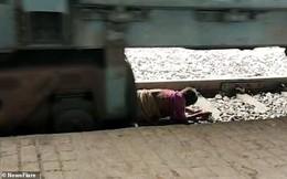 'Đứng tim' giây phút bà cụ thoát chết dưới gầm tàu hỏa nhờ phản ứng nhanh trí