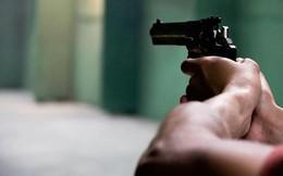 Tưởng con gái là kẻ lạ mặt đột nhập vào nhà, người mẹ rút súng bắn