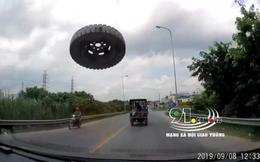 """Clip: Đang phóng vù vù trên đường, xe con bất ngờ bị """"chiếc lốp bay"""" đập vỡ kính"""