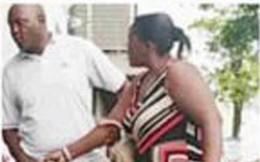 Phát hiện chồng cặp kè với gái lạ trên phố, người vợ ngay lập tức lao vào dạy chồng một bài học bằng cách có 1-0-2