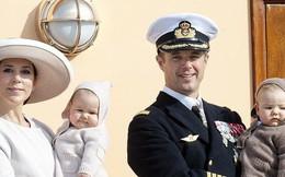 Hai bé sinh đôi Hoàng gia Đan Mạch gây sốt với vẻ đẹp lung linh khiến George và Charlotte nước Anh cũng bị lu mờ