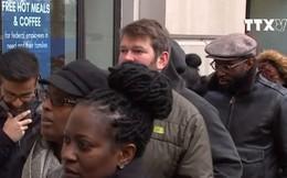 [Video] Hàng trăm nhân viên liên bang Mỹ xếp hàng nhận cơm từ thiện