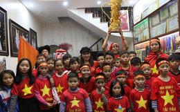 Gia đình gửi ruốc, giò lụa phòng lúc Quang Hải nhớ món ăn Việt