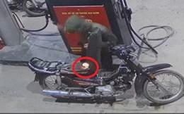 Kinh hãi cảnh nam thanh niên dùng bật lửa kiểm tra xăng vừa đổ vào xe máy tại cây xăng