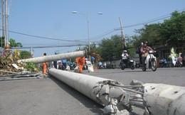 Xe cẩu kéo đổ 2 trụ điện trung thế, trung tâm thành phố Tây Ninh mất điện