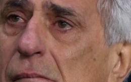 Xúc động hình ảnh vị HLV 66 tuổi rơi nước mắt trong khoảnh khắc tri ân cậu học trò mất tích trên chiếc máy bay