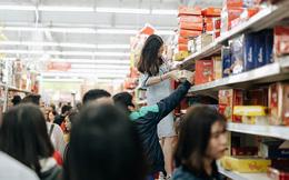 'Choáng' với cảnh siêu thị ở Hà Nội kín đặc người ngày cuối năm, khách trèo lên cả kệ hàng để mua sắm