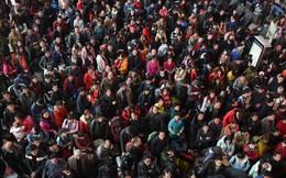 Mùa 'xuân vận' của Trung Quốc: Hàng trăm triệu người nghìn nghịt đổ về quê ăn Tết, chen chúc nhau khắp ga tàu, bến bãi