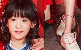 """""""Bao Chửng"""" Lục Nghị khoe ảnh Tết, netizen chỉ chú ý đôi chân gầy đến mức báo động của con gái anh"""