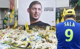 Xúc động khoảnh khắc các nhân viên vừa khóc vừa gỡ hình ảnh cầu thủ xấu số thiệt mạng trong vụ máy bay rơi khỏi sân bóng