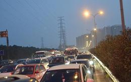 Cao tốc Pháp Vân- Cầu Giẽ ùn tắc kéo dài chưa từng thấy, trạm thu phí phải xả