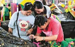 Mong trúng xổ số, người Thái đổ xô đến chùa để cúng cầu... thân cây