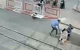 Hai nữ nhân viên gác chắn cứu cụ bà trước mũi tàu hỏa