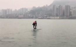 Sợ đi làm tắc đường muộn làm, người đàn ông chuyển qua chèo thuyền đến công ty cho nhanh