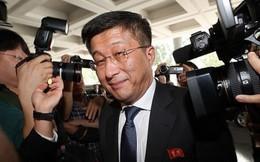 Đặc phái viên Triều Tiên bị phóng viên quốc tế vây kín khi đặt chân tới Hà Nội