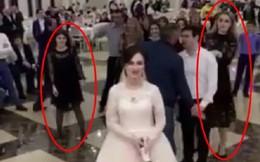 Có một bó hoa cưới mà ai cũng muốn lấy chồng, 2 cô gái lao vào cấu xé nhau tơi tả trước quan viên hai họ
