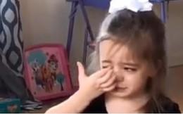 """Bé gái dễ thương """"hết phần người khác"""" khóc nức nở vì… bỗng dưng buồn"""
