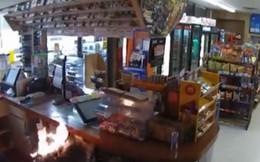 Video: Tên cướp táo tợn tấn công cửa hàng, châm lửa đốt khách hàng