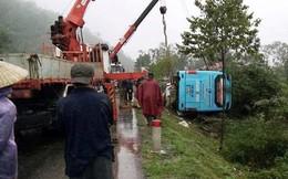 Lật xe khách, hàng chục hành khách hốt hoảng trong mưa