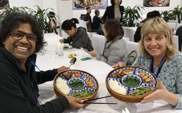 Phóng viên các nước hào hứng khi được thưởng thức ẩm thực nổi tiếng Hà thành tại trung tâm báo chí quốc tế hội nghị thượng đỉnh Mỹ - Triều