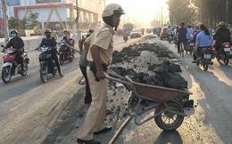 CSGT đẩy xe cút kít đổ bùn đất cho dân khỏi trượt