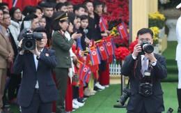 Chùm ảnh phóng viên Triều Tiên lặng lẽ chuyên tâm tác nghiệp tại Việt Nam