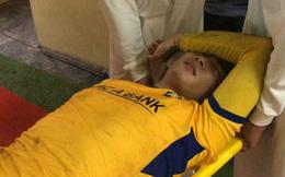 Xót xa hình ảnh cựu tuyển thủ U23 Việt Nam của SLNA bật khóc rời sân trên cáng