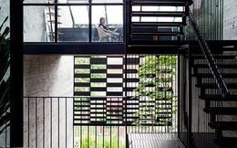 Ngôi nhà có mặt tiền lọc ánh sáng và không khí, tạo môi trường trong lành, sạch sẽ cho người sống trong nhà