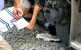 Nâng toa tàu hỏa cứu người đàn ông thoát chết hy hữu