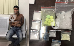"""Đi bộ và đội mũ bảo hiểm, giấu ma túy trong """"chỗ khó ngờ"""" vẫn bị bắt"""