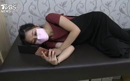 Cô gái 16 tuổi bị cong cột sống 50 độ vì xem điện thoại ở tư thế này và lời khuyến cáo của bác sĩ
